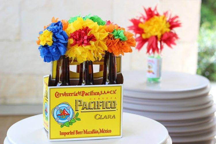 Arregla las flores en botellas de cerveza.