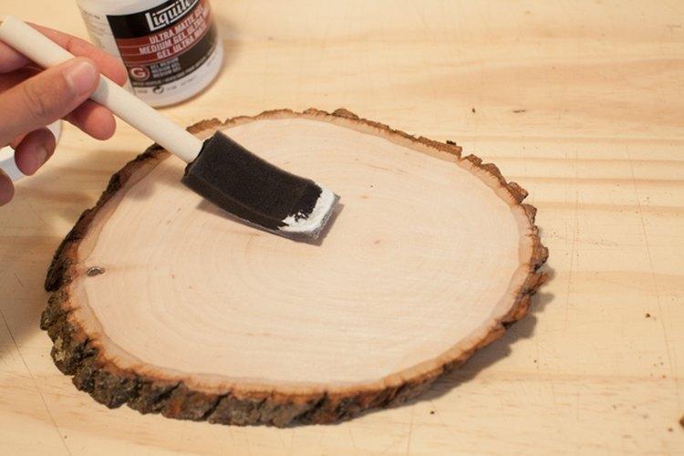 Aplica un gel mate a la superficie de madera.