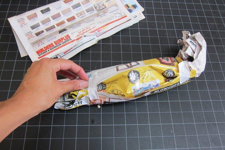 Haz un rollo de papel periódico.