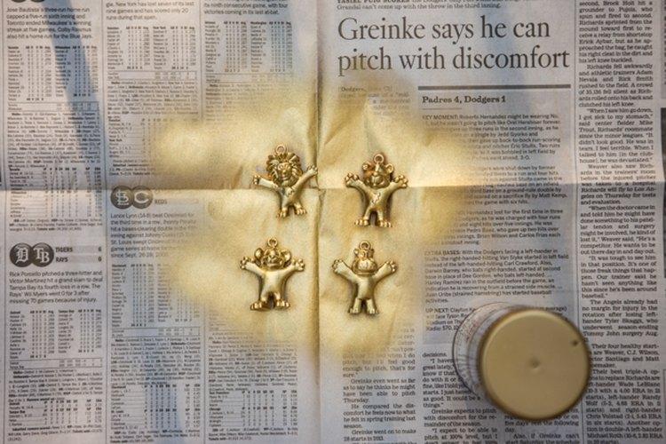 Añádeles un toque de distinción a los juguetes con pintura dorada en aerosol.