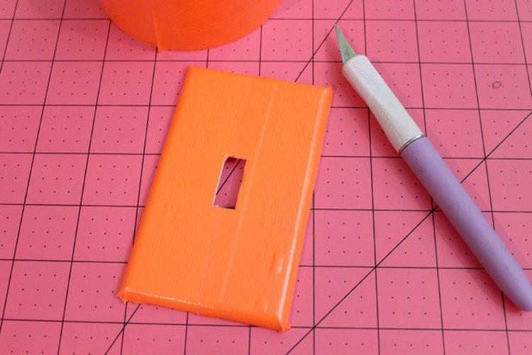 Cubre la placa del interruptor con una cinta adhesiva naranja.