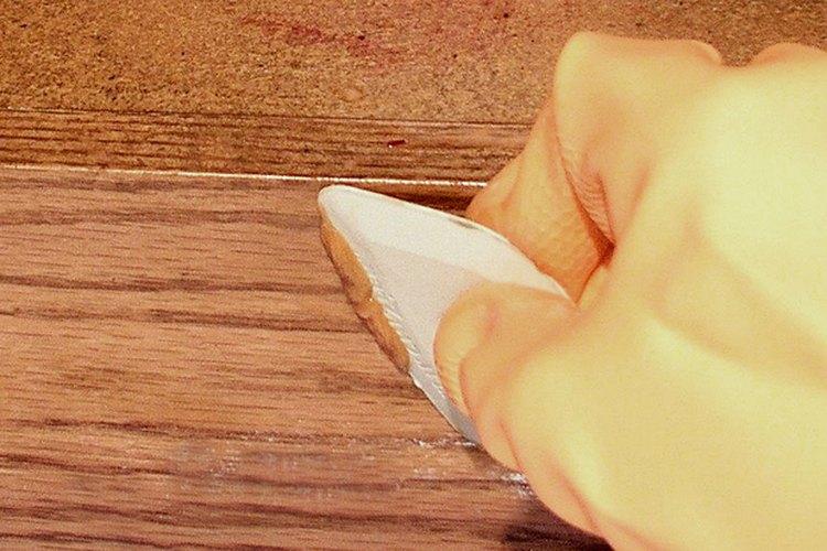 Usa raspadores de plástico de diferentes formas y tamaños de modo que se ajusten a los contornos de la pieza cuya pintura estás removiendo.