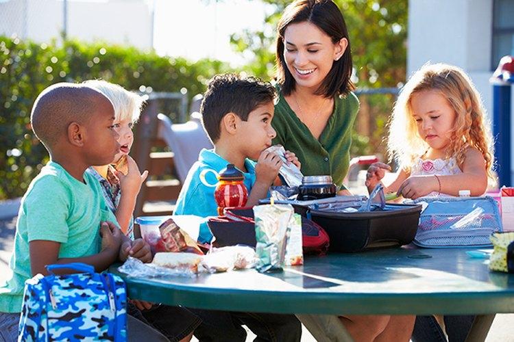 Enseña a los niños la diferencia entre un refrigerio y una comida.