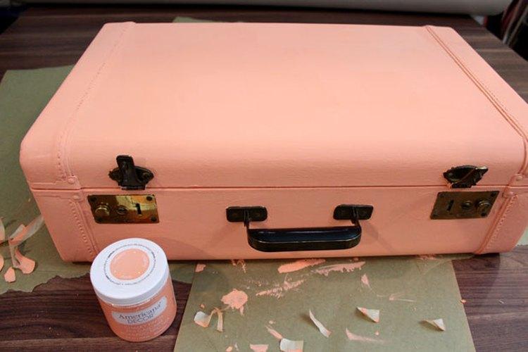 Pinta el exterior de la maleta,