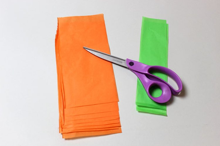 Corta el papel de seda de dos tamaños diferentes.