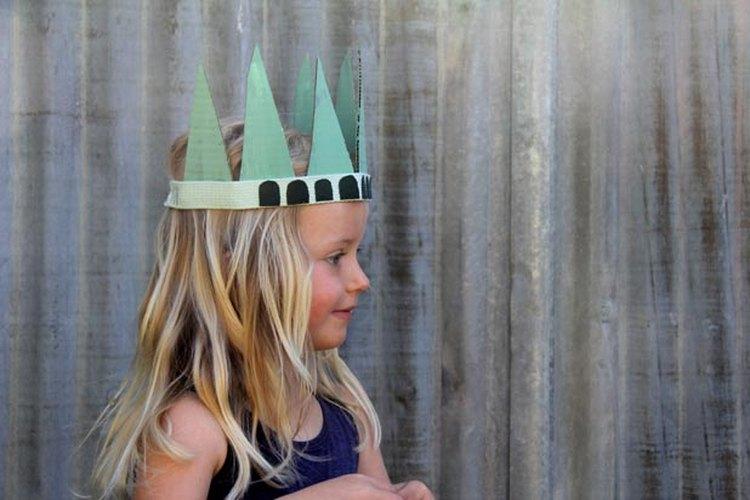 La pequeña usando el sombrero.
