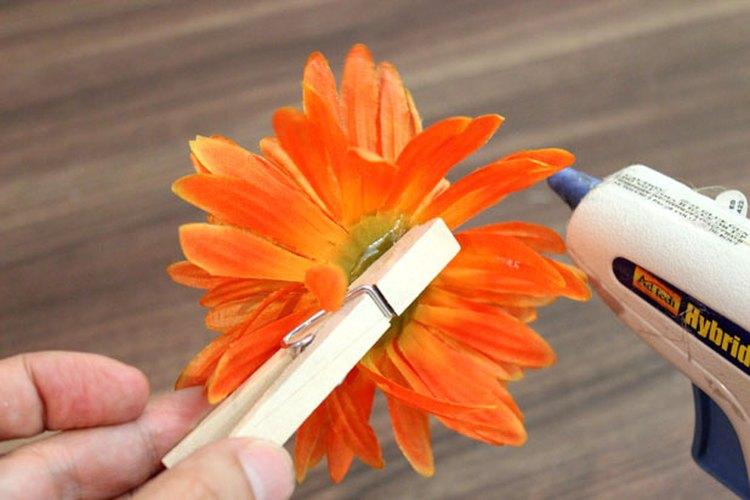 Adhiere las pinzas para la ropa a las flores de seda.