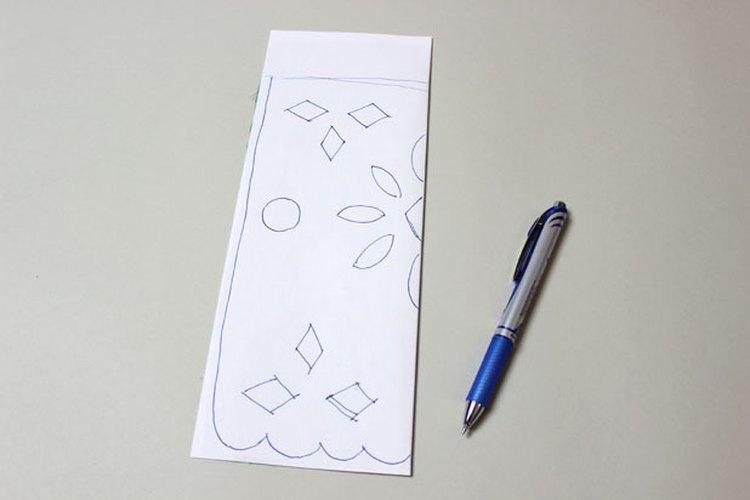 Dobla el papel y dibuja tu diseño.