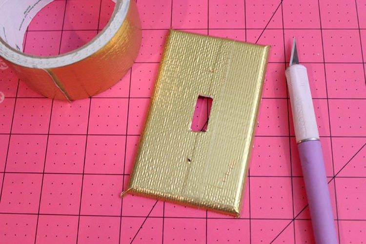 Cubre la placa con una cinta adhesiva dorada.