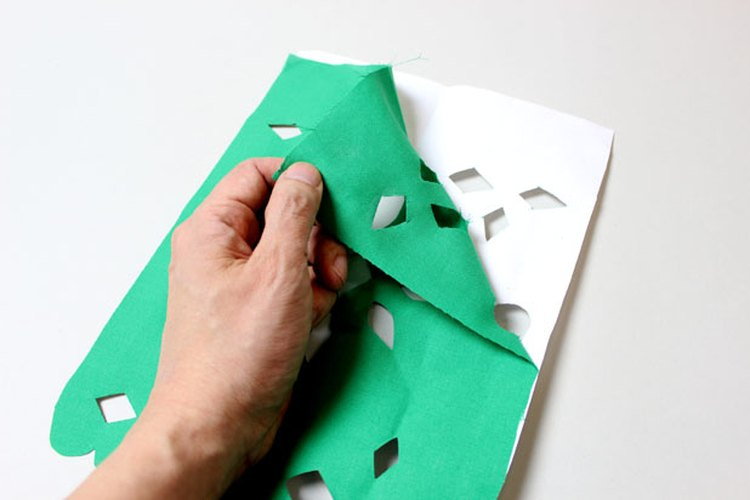 Desprende la tela del papel.