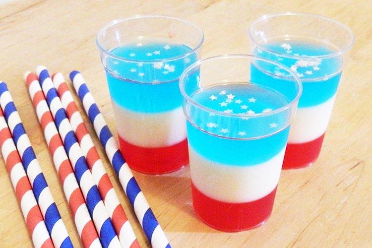 Disfruta los tragos de gelatina rojos, blancos y azules en una festividad patriótica.