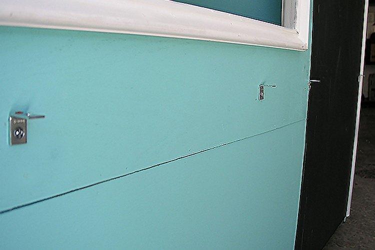 Instala soportes angulares para sostener el mostrador.