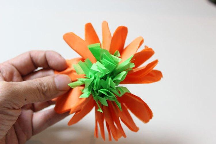 Empuja las tiras angostas de papel hacia el centro.