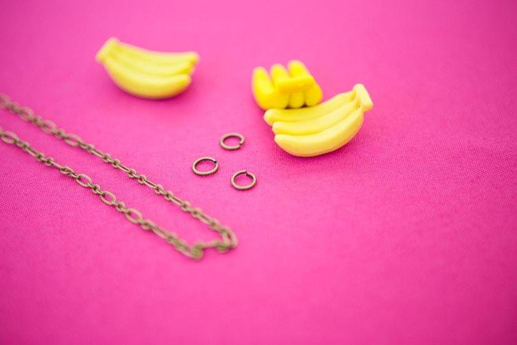 Reúne todos los materiales y ajusta las anillas a las chucherías.