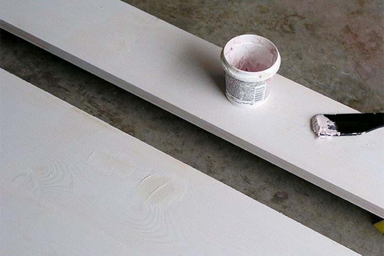 Pinta las tablas y las molduras.