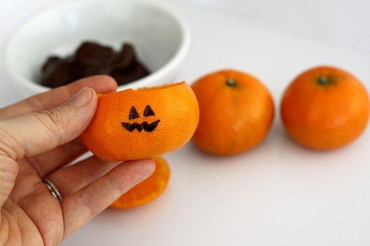 Seca la cáscara de naranja vacía antes de dibujar sobre ella.