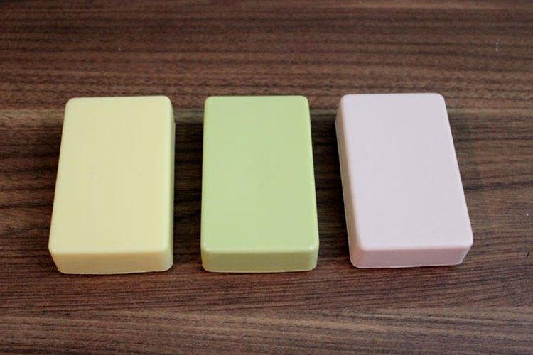 Unas barras de jabón con una superficie plana.