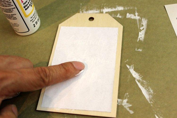 Coloca la imagen de papel hacia abajo sobre la madera.