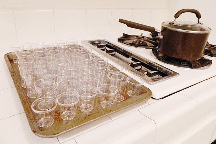 Coloca los vasos de plástico antes de empezar a cocinar.