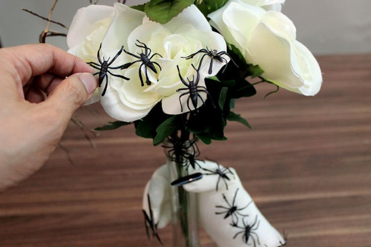 Un enjambre de arañas de plástico.