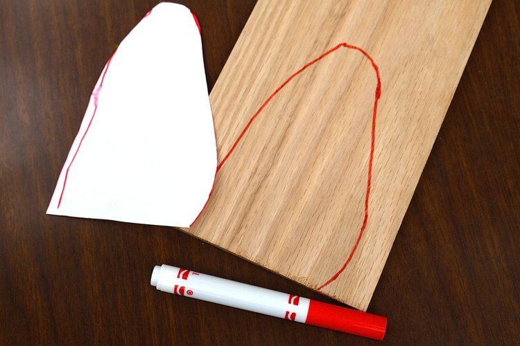 Traza la forma sobre la madera.