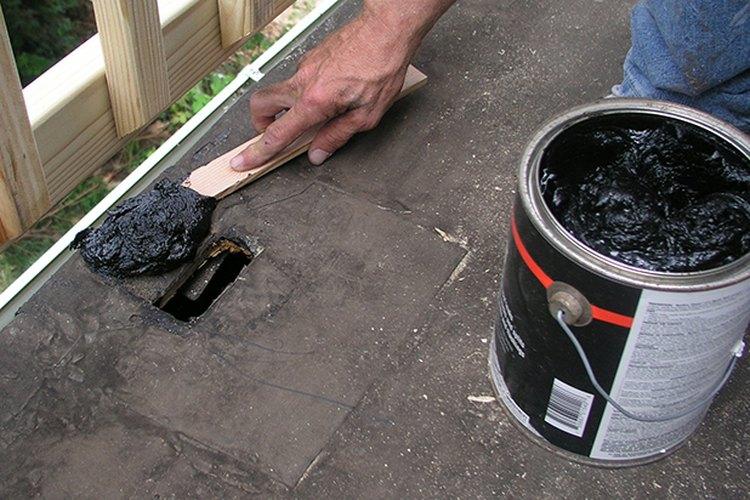 Extiende el cemento para techo alrededor del agujero.