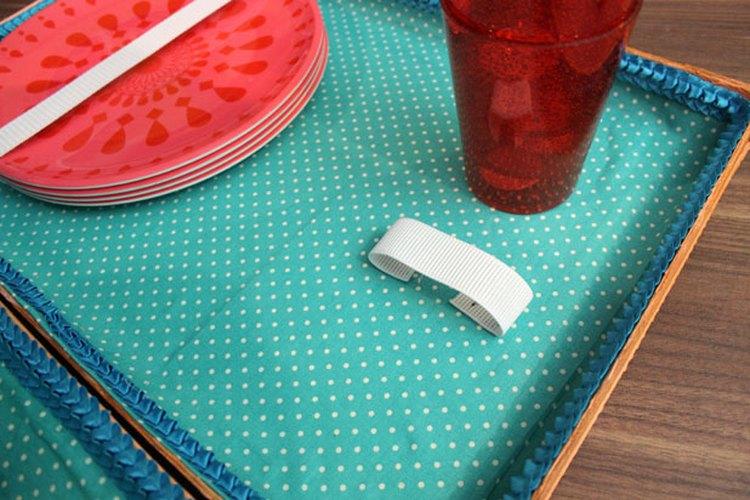 Engrapa el elástico para sostener las copas.