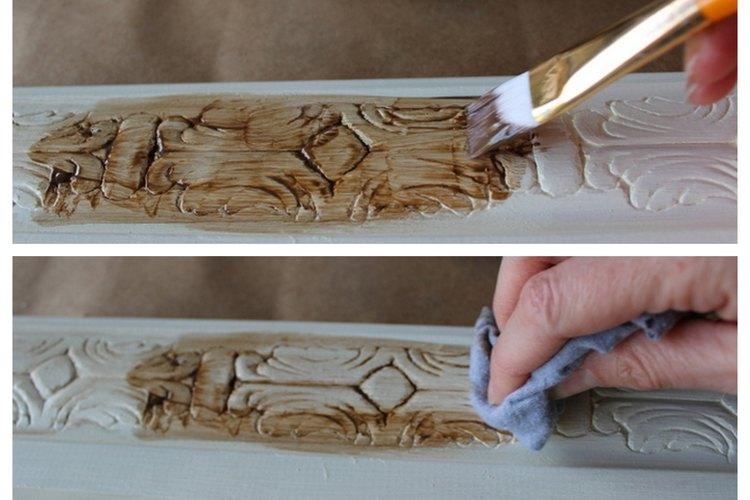 Aplica y limpia la cera marrón cada 3 a 4 pulgadas (7,6 a 10 cm)