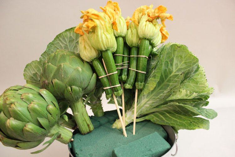 Inserta las flores de calabacín.