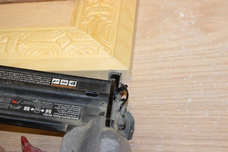 Una pistola de clavos te ayuda a reforzar las esquinas del marco.