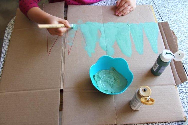 Dibuja, pinta y recorta los triángulos.
