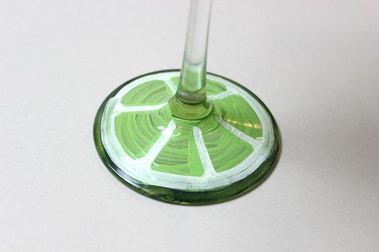 Pinta la base de la copa.