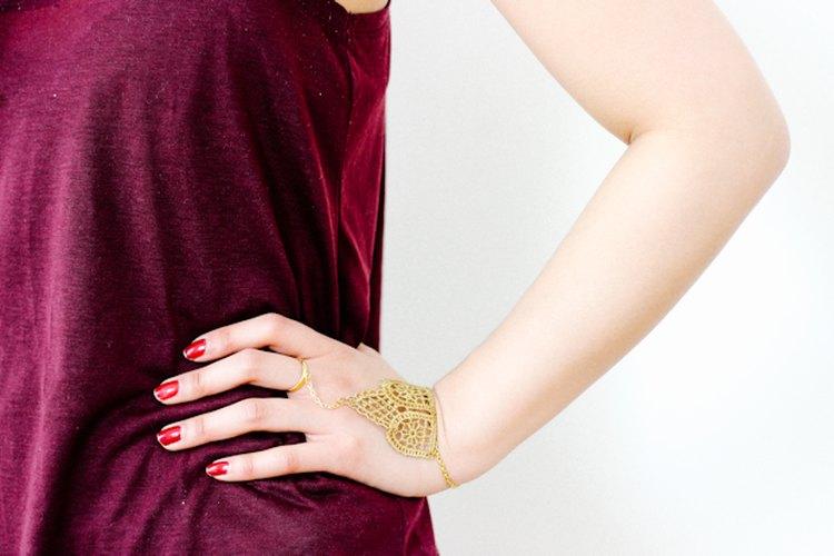 El encaje debe apoyarse cómodamente en el dorso de tu mano.