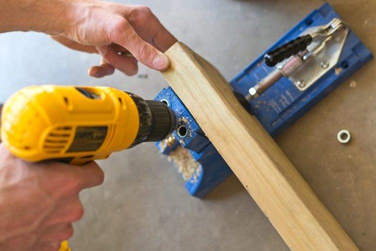 Perfora los agujeros en la madera.