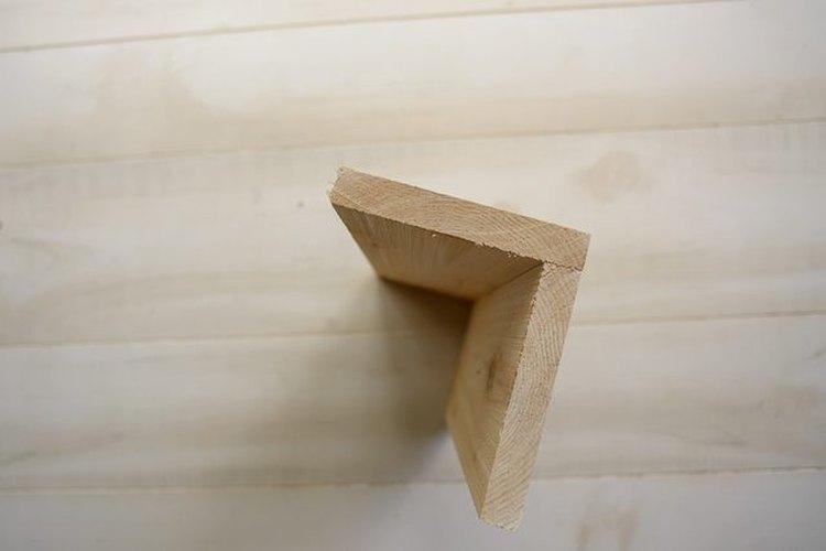 Coloca los lados ásperos hacia adentro mientras ensamblas la mesa.
