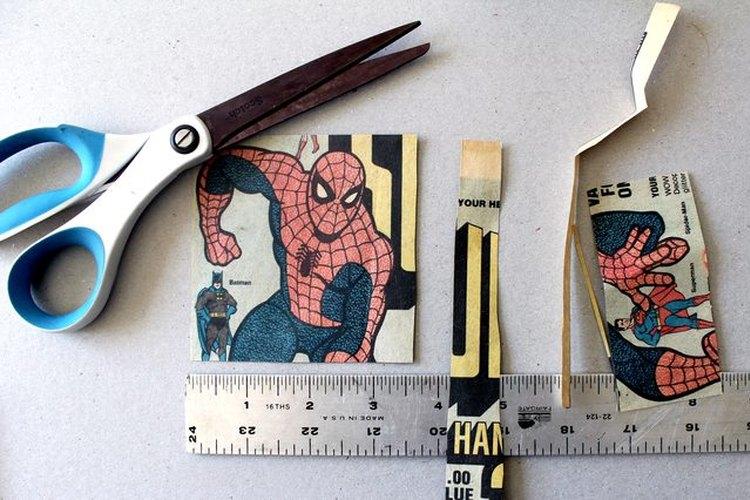Como regla general, recorta el papel con un tamaño de ½ pulgada (1,2 cm) menor que el posavasos de pizarra que estés utilizando.