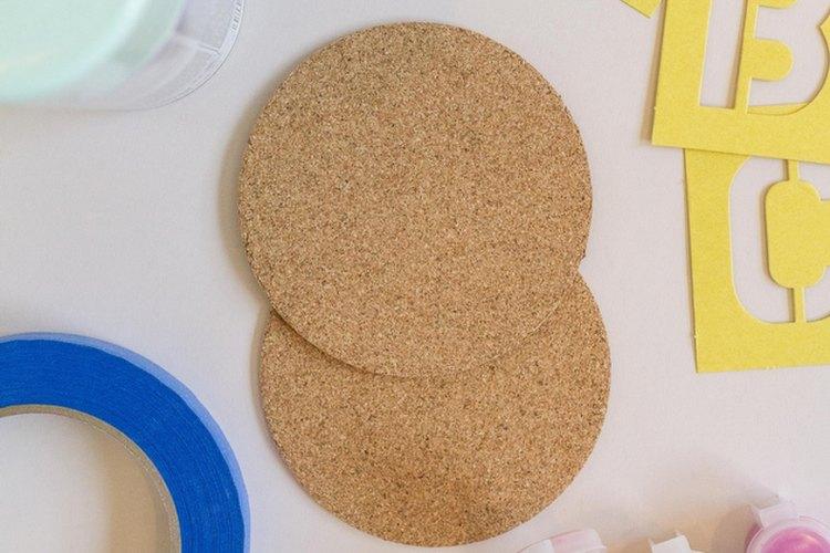 Haciendo uso de materiales que están a mano puedes fácilmente personalizar unos simples posavasos.