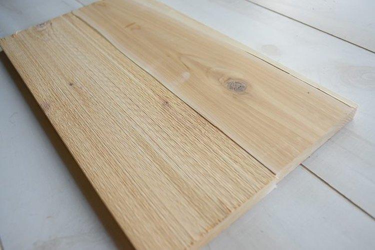 Corta cuatro tablas para hacer tu mesa auxiliar.