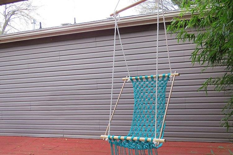 Cuelga la hamaca de un gancho resistente y ajusta las cuerdas.