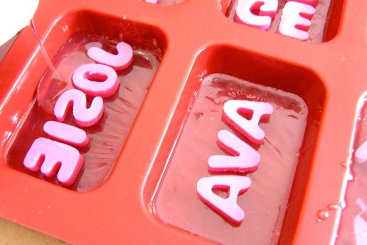 Agrega más jabón transparente sobre las letras.