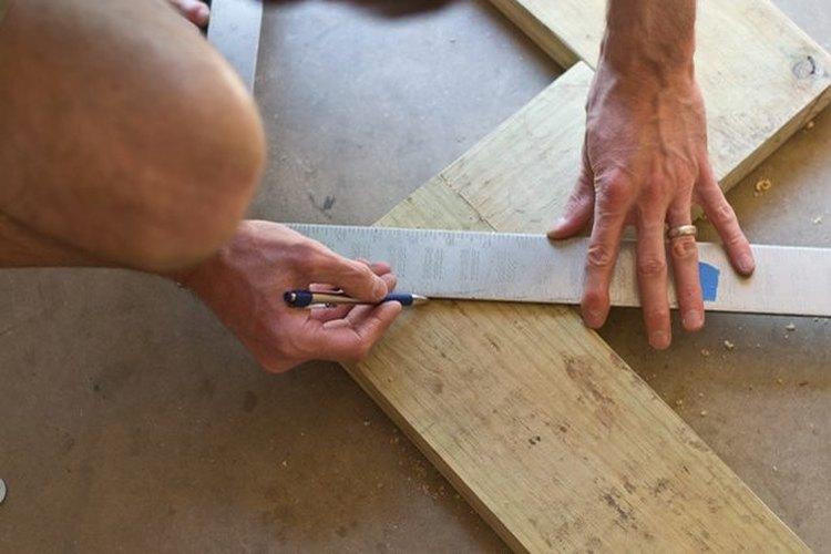 """Halla y marca los puntos centrales en las esquinas de la """"W"""" de madera."""