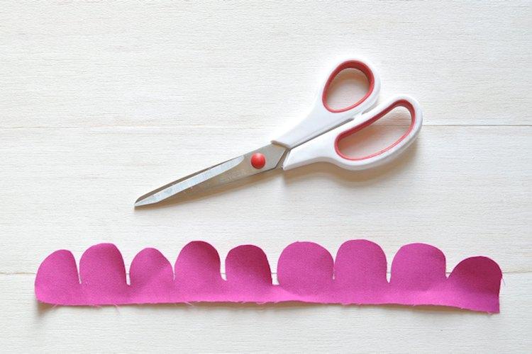 Para crear una guía de corte, dibuja un patrón ondulado a lo largo de la tela.
