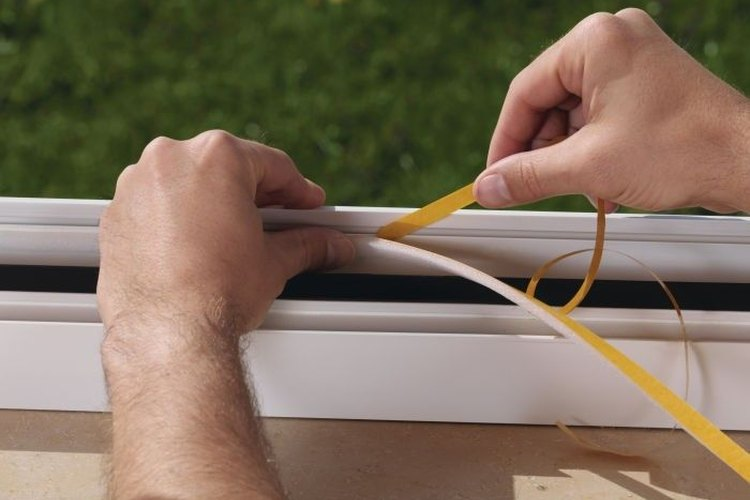 La cinta adhesiva aislante será de gran utilidad para evitar que se filtre aire a través de las ventanas y las puertas.