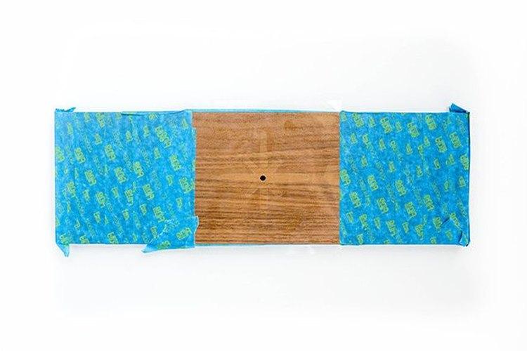 Usa una cinta de enmascarar para proteger la madera.