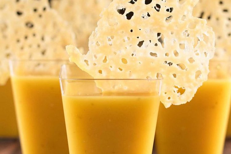 Sirve tu sopa de calabaza con crujientes de queso para Halloween.