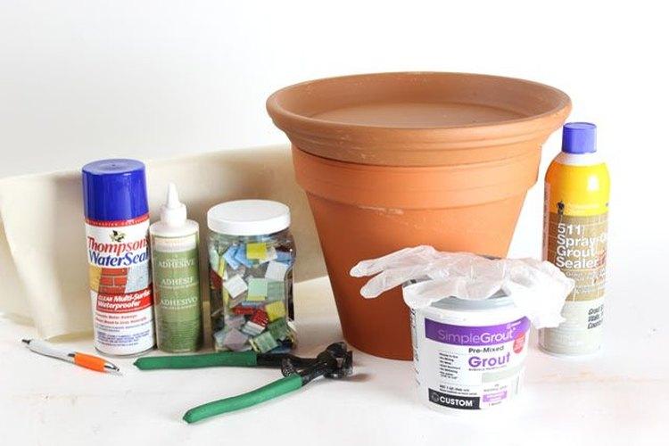 Los materiales necesarios para hacer el bebedero de pájaros de mosaicos.