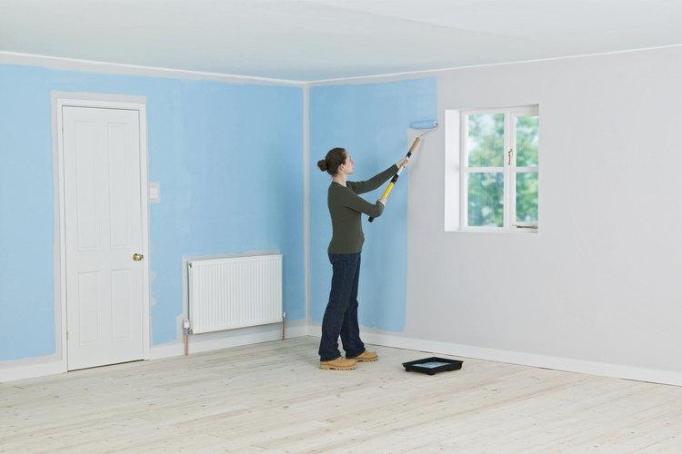 Pon música alegre y comienza a pintar tu casa.