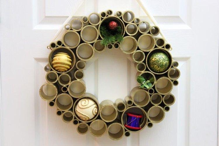 Una simple corona de Navidad hecha con tubos de PVC.