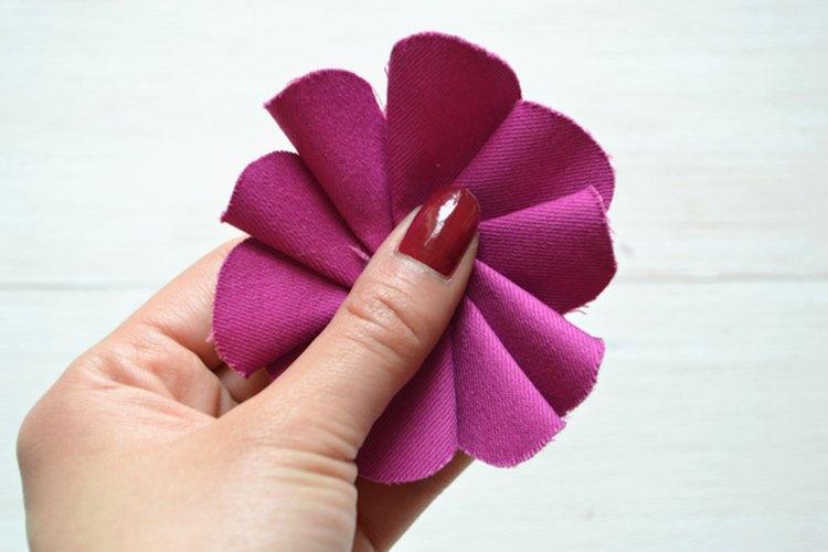 Las ondulaciones plegadas toman la forma de una flor.