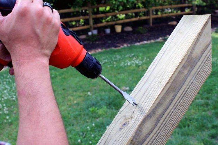 Perfora agujeros en los postes.